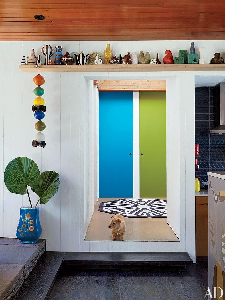 """Beyond the hallway entrance of the <a href=""""http://www.architecturaldigest.com/story/jonathan-adler-simon-doonan-shelter-island-home-article?mbid=synd_yahoo_rss"""" rel=""""nofollow noopener"""" target=""""_blank"""" data-ylk=""""slk:Shelter Island, New York, home"""" class=""""link rapid-noclick-resp"""">Shelter Island, New York, home</a> that designer Jonathan Adler shares with Simon Doonan, the doors are painted two vibrant Benjamin Moore colors."""