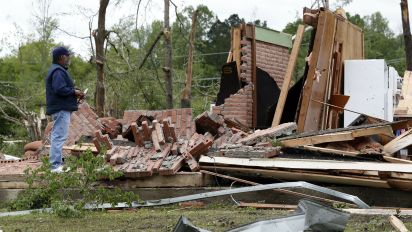 Severe storms move east, threaten Gulf Coast