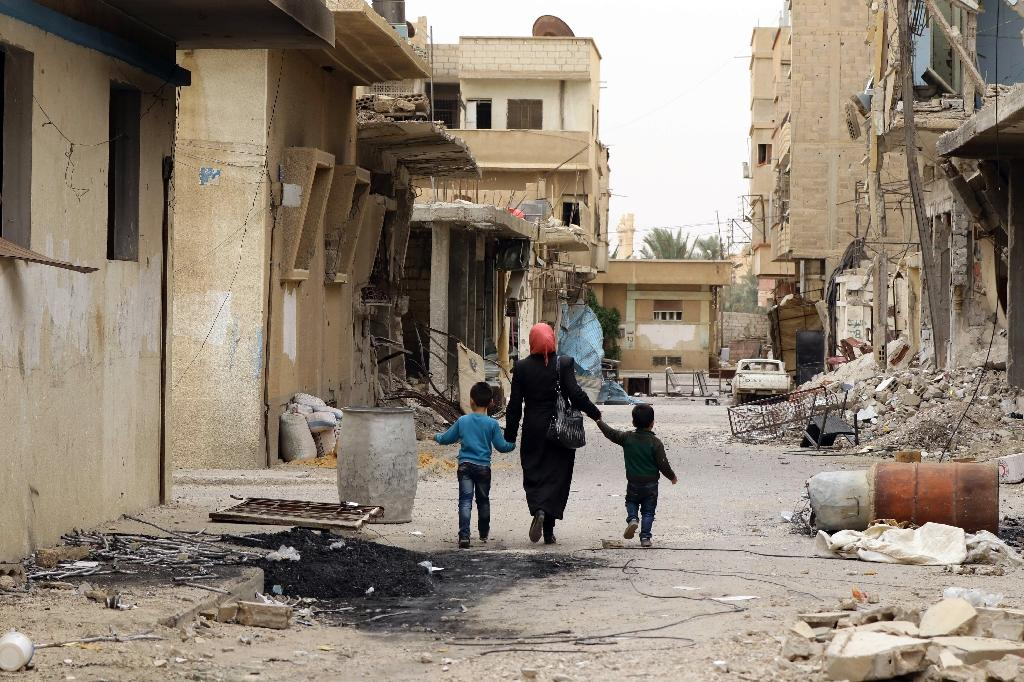 Syrians inspect their homes upon their return to the modern town of Palmyra, adjacent to the ancient Syrian city, on April 9, 2016 (AFP Photo/Louai Beshara)