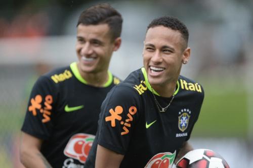 Coutinho diz que é fácil jogar com Neymar: 'Dá a bola e ele resolve'