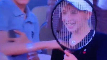 Roland-Garros (H) - Novak Djokovic rend fou de joie un jeune supporter en lui donnant sa raquette après la finale de Roland-Garros