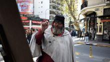 El vagabundo que pinta en las calles de Buenos Aires y expone su arte en Facebook