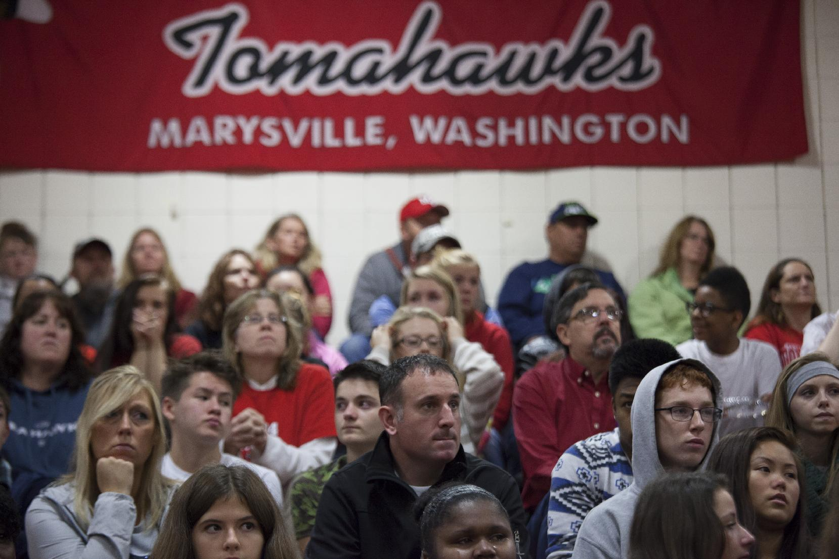Members of the community and students grieve during a gathering at Marysville-Pilchuck High School on October 26, 2014 in Marysville, Washington (AFP Photo/David Ryder)