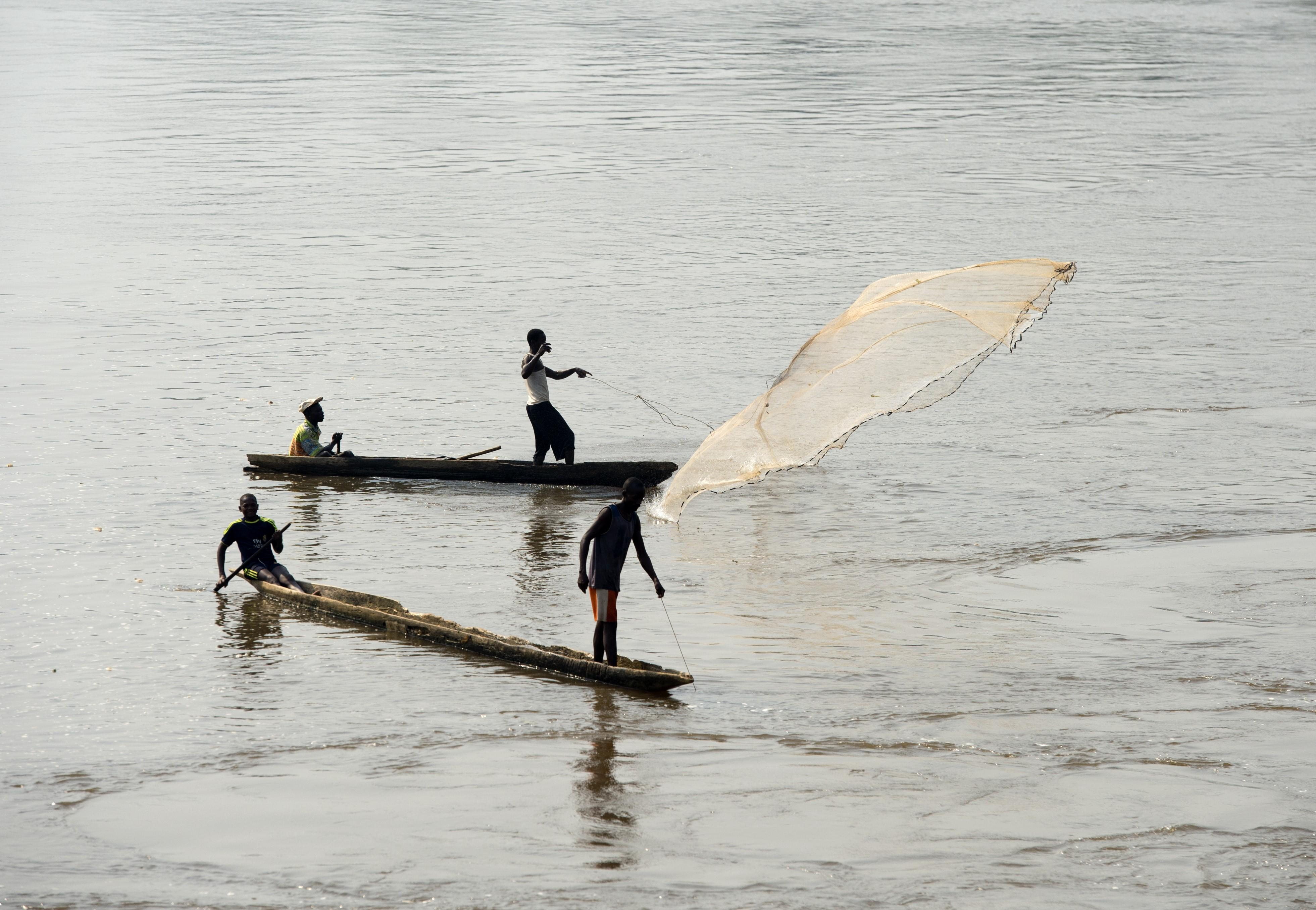 Hundreds of people cross the M'poko River in Central African Republic every day