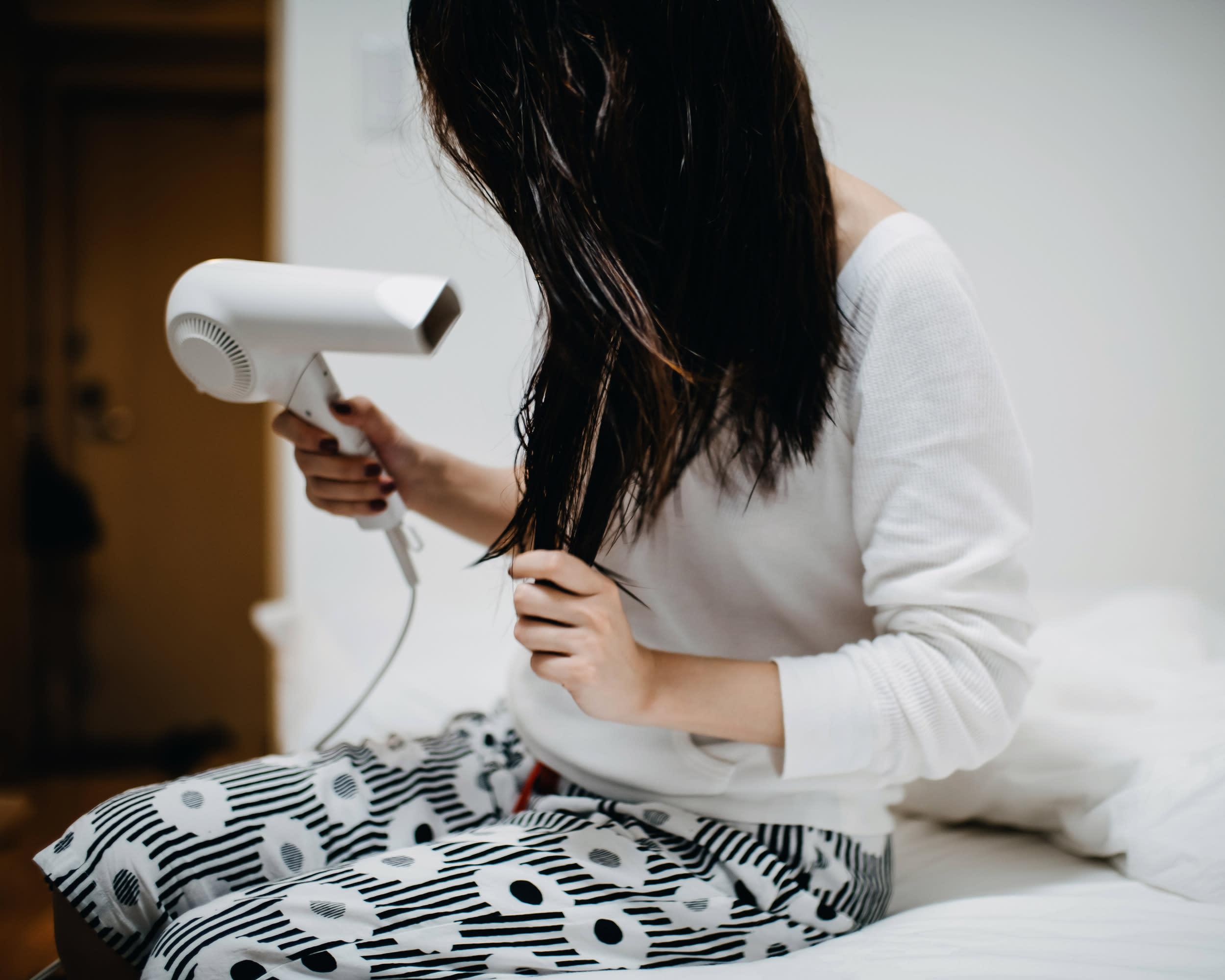 dank diesem kissenbezug kann man auch mit nassen haaren ins bett promi style. Black Bedroom Furniture Sets. Home Design Ideas