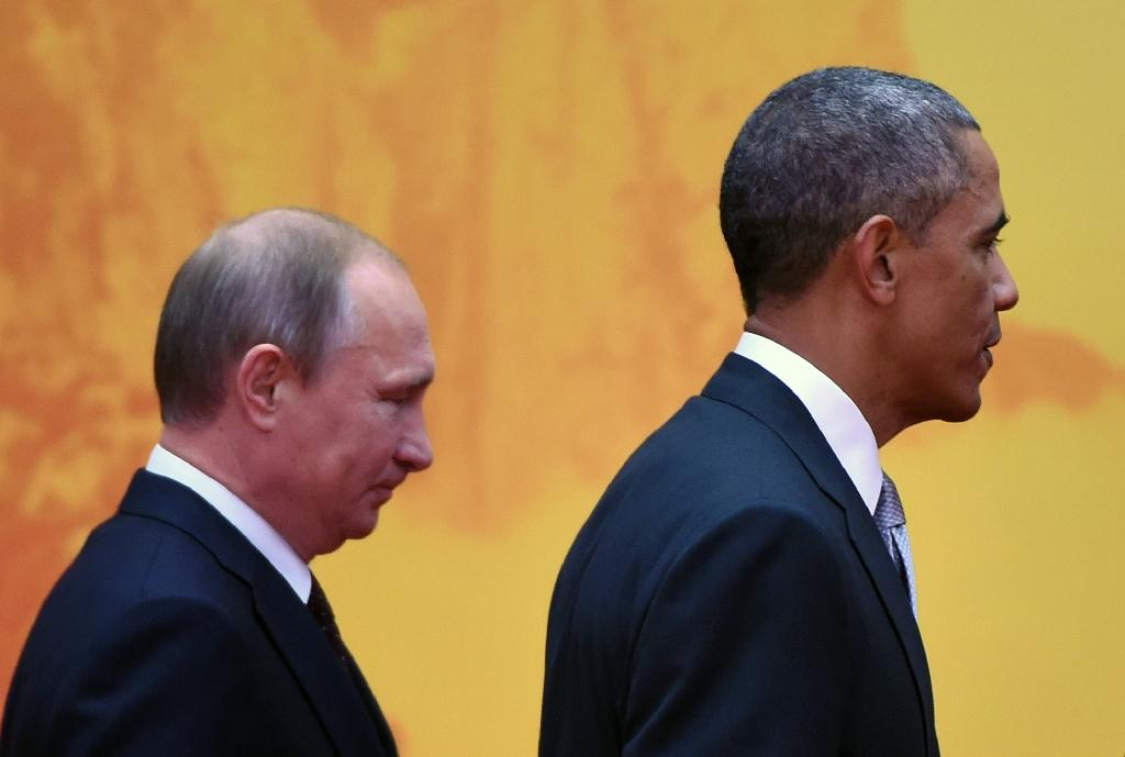 US President Barack Obama walks to a group photo session with Russian President Vladimir Putin (L) at the Asia-Pacific Economic Cooperation summit at Yanqi Lake, China, November 11, 2014 (AFP Photo/Greg Baker)