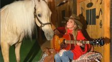 Shania Twain adorably duets with her horse on ACMs at-home TV special