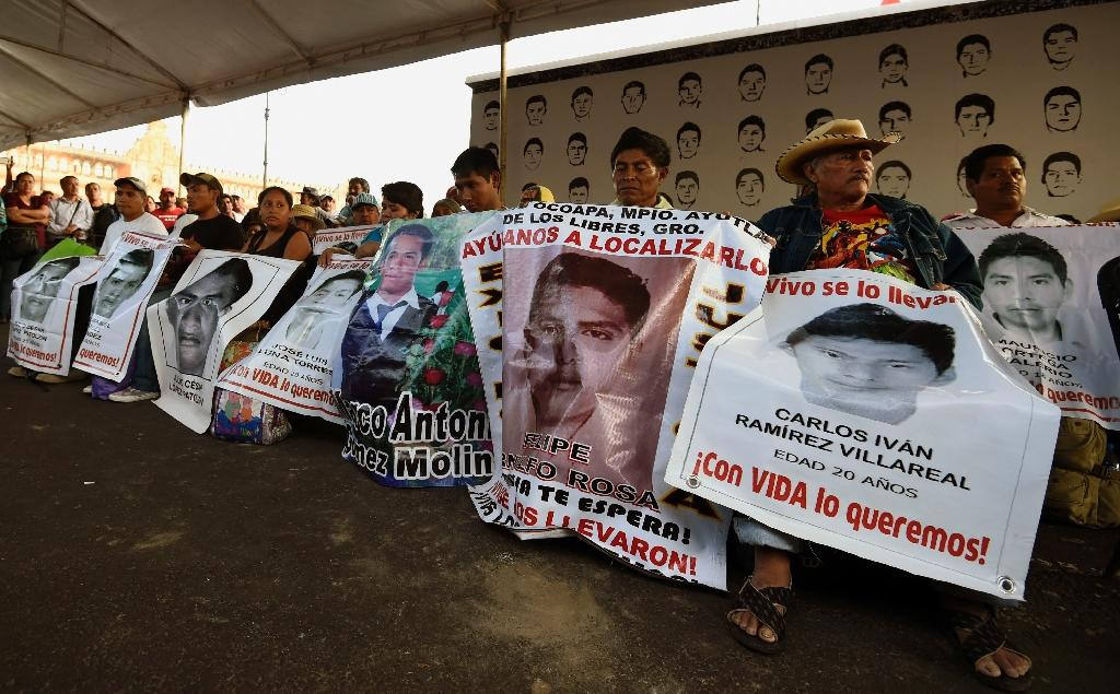 Relatives of the 43 missing students from Ayotzinapa arrive at Zocalo Square in Mexico City on September 23, 2015 (AFP Photo/Alfredo Estrella)
