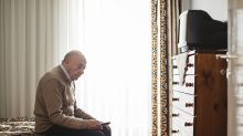 Venta de un apartamento causa polémica por un curioso detalle: incluye a una persona mayor