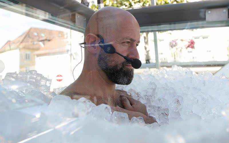 World Record attempt for longest body contact with ice, in Melk