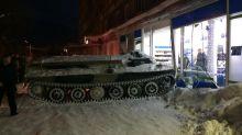 Ivre, un Russe vole un tank et le précipite dans un supermarché pour voler du vin