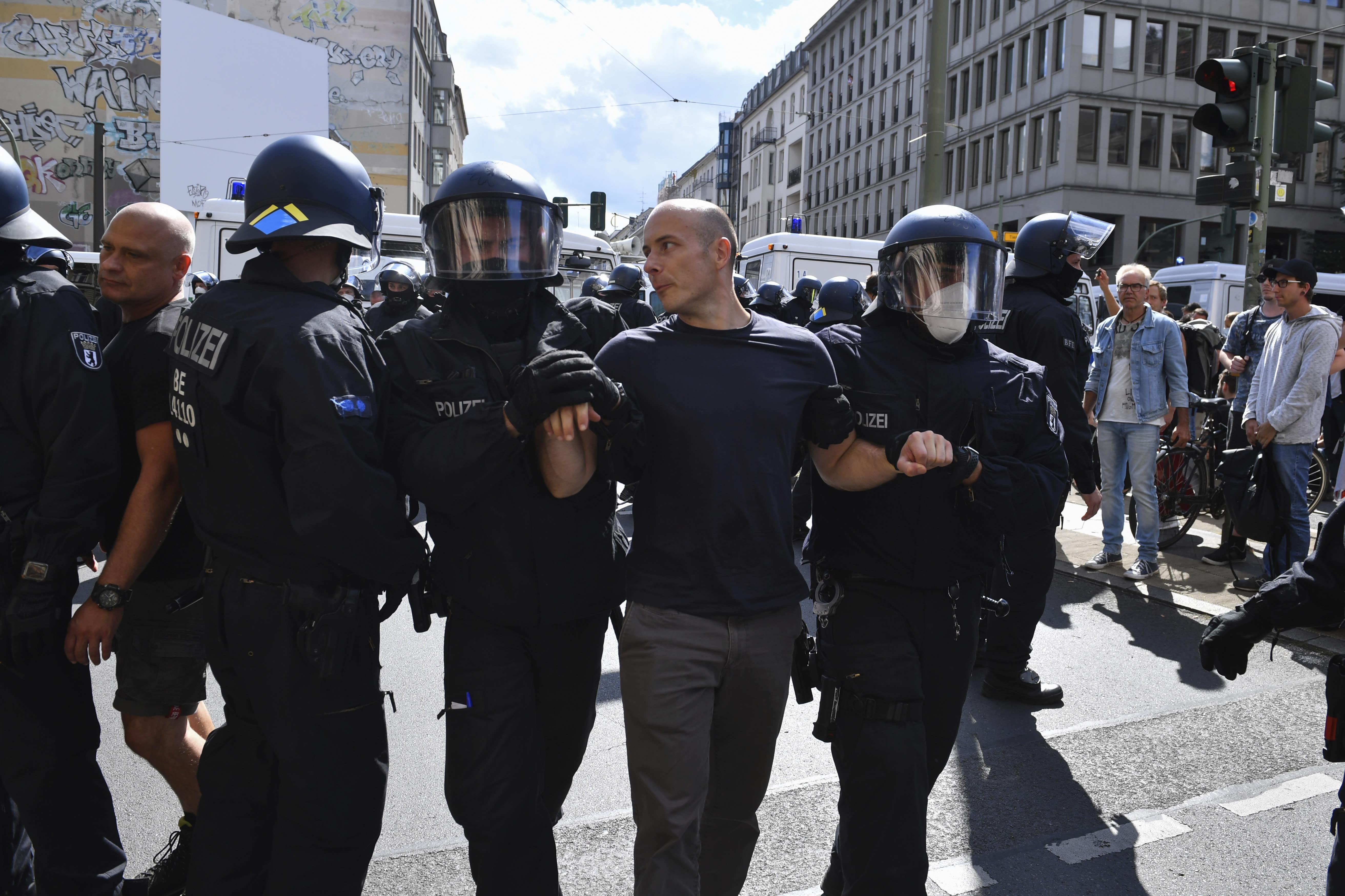 Polizei räumt eine Straße während einer Demonstration gegen die Corona-Maßnahmen in Berlin, Deutschland, Samstag, 29. August 2020. (Bernd Von Jutrczenka / dpa via AP)