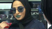 """Le saudite """"combattono"""" l'abaya nero a colpi di make-up"""