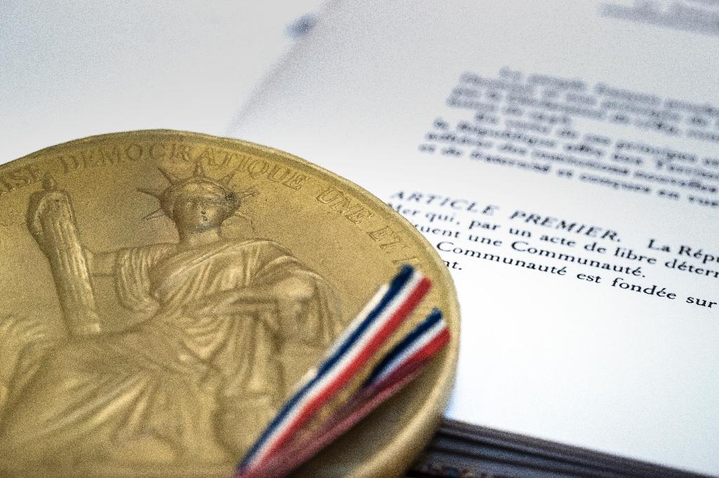 """Fix that typo! Article 16 of the current version of France's constitution accidentally uses the masculine version of the word """"threatened"""" after a string of feminine nouns"""