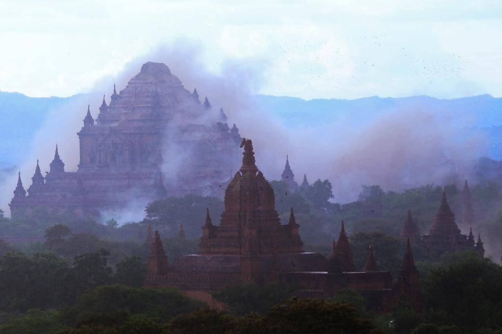 The ancient Sulamuni temple is seen shrouded in dust after a 6.8 magnitude earthquake hit Bagan, Myanmar on August 24, 2016 (AFP Photo/Soe Moe Aung)
