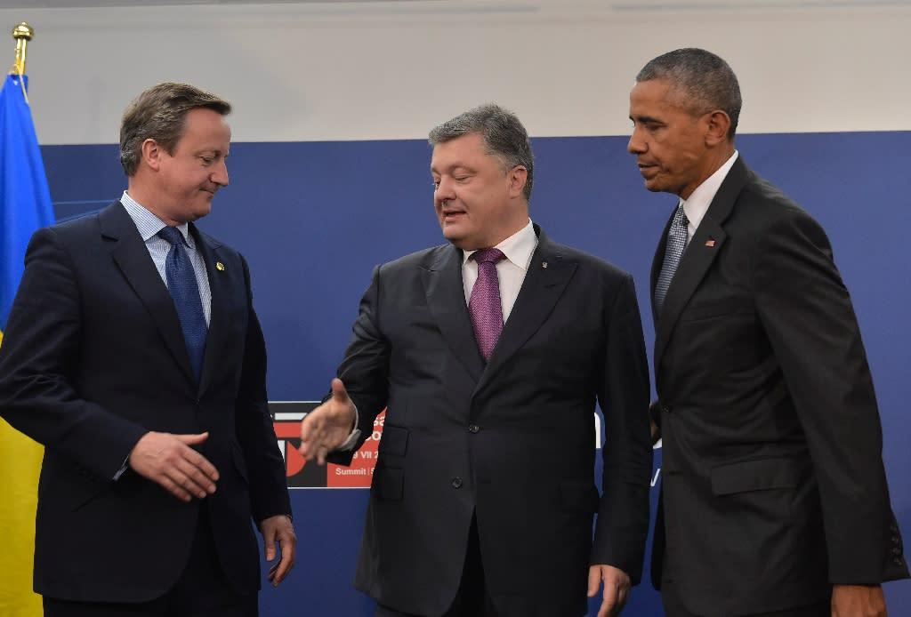 L-R: Britain's Prime Minister David Cameron shakes hands with Ukraine's President Petro Poroshenko flanked by US President Barack Obama in Warsaw on July 9, 2016 (AFP Photo/Mandel Ngan)