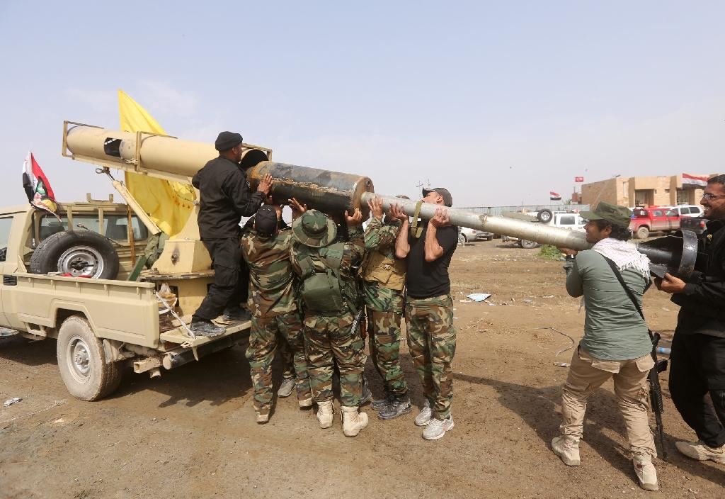 Iraqi paramilitary Shiite fighters load a locally made rocket during a military operation to retake the city of Tikrit from Islamic State (IS) jihadists, on March 30, 2015 (AFP Photo/Ahmad Al-Rubaye)