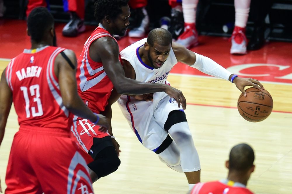 Chris Paul (R) of the Los Angeles Clippers tries to get past Patrick Beverley of the Houston Rockets on February 11, 2015 at Staples Center