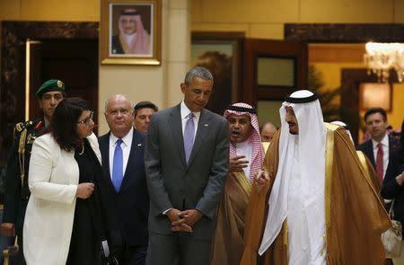 U.S. President Barack Obama and Saudi King Salman (R) walk together following their meeting at Erga Palace in Riyadh, Saudi Arabia April 20, 2016. REUTERS/Kevin Lamarque