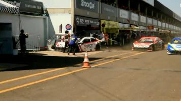 Piloto arrolla violentamente a varios mecánicos en plena carrera en Brasil