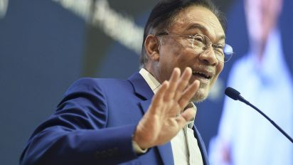 Report: Anwar won't meet warring factions, dares party to pick new president