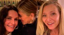 Brad Pitt y Jennifer Aniston huyen de asistir al mismo tiempo a los Critics Choice Awards (mientras ella cena con sus compañeras de Friends)
