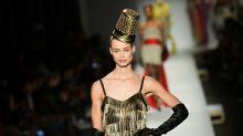 La sfilata di Moschino a Milano: un fiorire di stravaganti cappelli