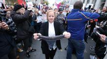 La respuesta en la calle y en Twitter ante el comentario oído en un juicio sobre la ropa de una supuesta víctima de violación