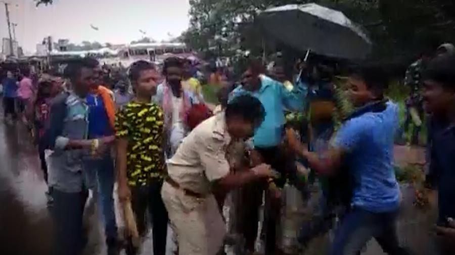 BJP Supporters Thrash Cops & Volunteers in Kharagpur, West Bengal