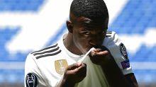 ¿Por qué los futbolistas recién fichados besan el escudo?
