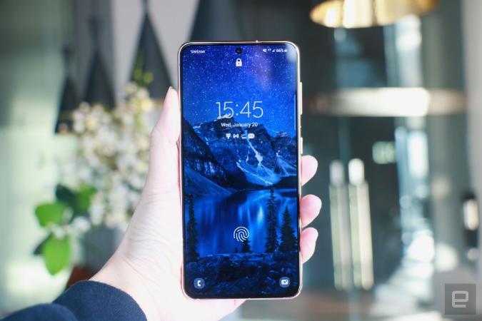 Samsung Galaxy S21 lock screen with fingerprint sensor