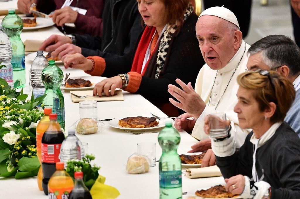 """After his sermon, Pope Francis sat down to lunch with poor people as part of """"World Day of the Poor"""" (AFP Photo/Vincenzo PINTO)"""