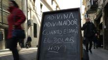 """Dólares """"bajo el colchón"""", la mejor opción para muchos en Argentina"""