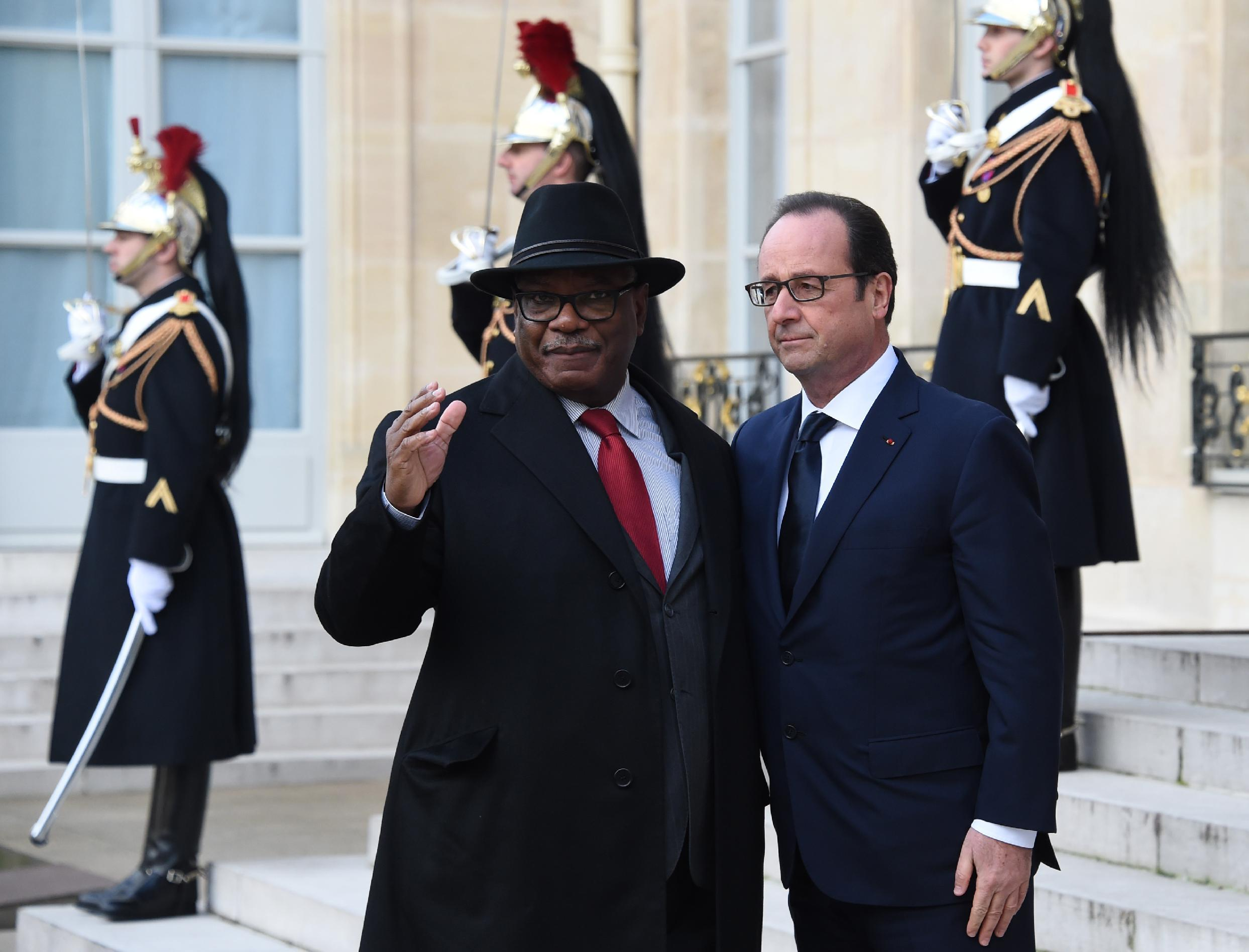 """French President Francois Hollande (R) welcomes Malian President Ibrahim Boubacar Keita at the Elysee Palace before attending a Unity rally """"Marche Republicaine"""" on January 11, 2015 in Paris"""