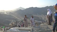 Haj pilgrims scale Mecca mountain