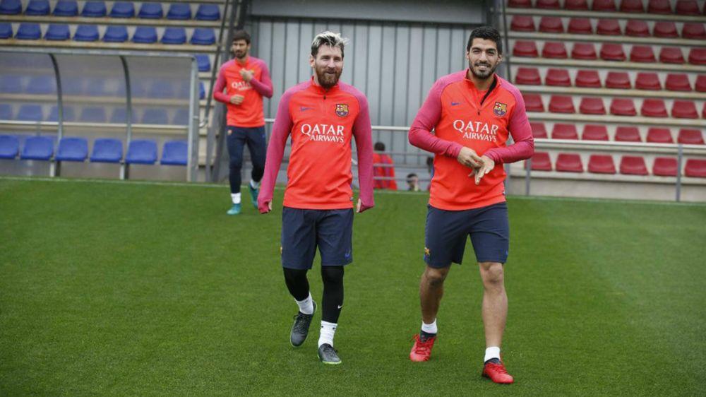 ►Jogadores do Barcelona brincam de 'jogo da velha' em meio a correria do treino