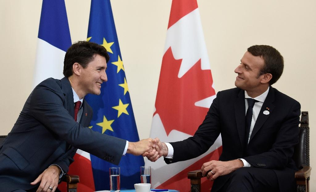 Canadian Prime Minister Justin Trudeau (L) and French President Emmanuel Macron meet at the G7 summit (AFP Photo/STEPHANE DE SAKUTIN)