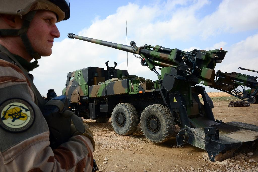 A French soldier stands guard in front of a howitzer-gun near Al-Qaim in Iraq on February 9, 2019 (AFP Photo/Daphné BENOIT)