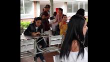 Video: Regañó a su hijo frente a toda la universidad ¡por hacerse un tatuaje!