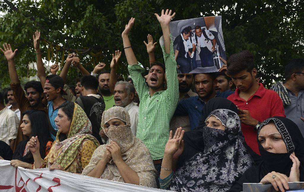 Relatives carry photographs of Pakistani national Zulfiqar Ali, who was sentenced to death in 2005 for heroin possession in Indonesia, during a protest in Lahore on July 28, 2016 (AFP Photo/Arif Ali)