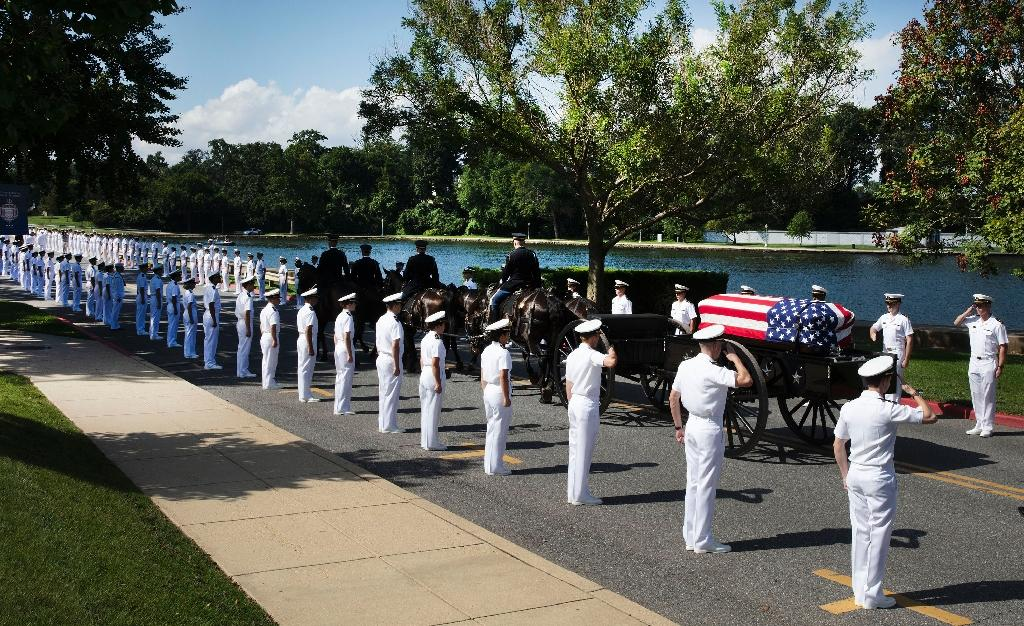 A horse-drawn caisson bearing the body of John McCain moves through the grounds of the United Sates Naval Academy (AFP Photo/David Hume Kennerly)