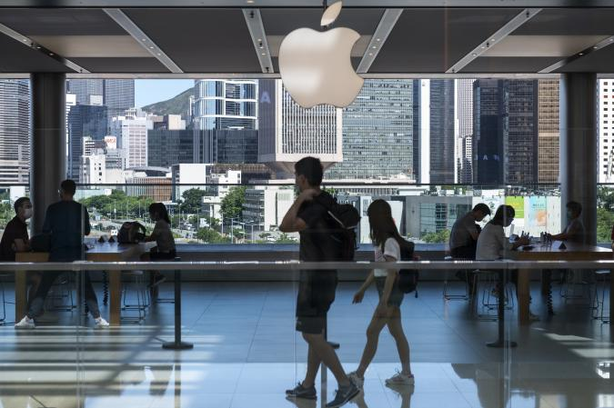 HONG KONG, CHINA - 2020/08/18: American multinational technology company Apple store and logo seen in Hong Kong. (Photo by Budrul Chukrut/SOPA Images/LightRocket via Getty Images)