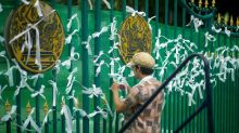 Thai protesters tie white ribbons at prison for activists