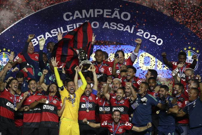 SAO PAULO, BRAZIL - FEBRUARY 25: Goalkeeper Diego Alves and Diego of Flamengo lift the champions trophy after a match between Sao Paulo and Flamengo as part of 2020 Brasileirao Series A at Morumbi Stadium on February 25, 2021 in Sao Paulo, Brazil. (Photo by Buda Mendes/Getty Images)