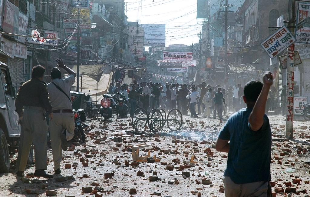 File photo shows policemen confronting protesters during a demonstration in the northern Indian city of Lucknow on March 3, 2006