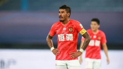 Meia Paulinho, ex-Barcelona, deixa o futebol chinês e assina com Al Ahly
