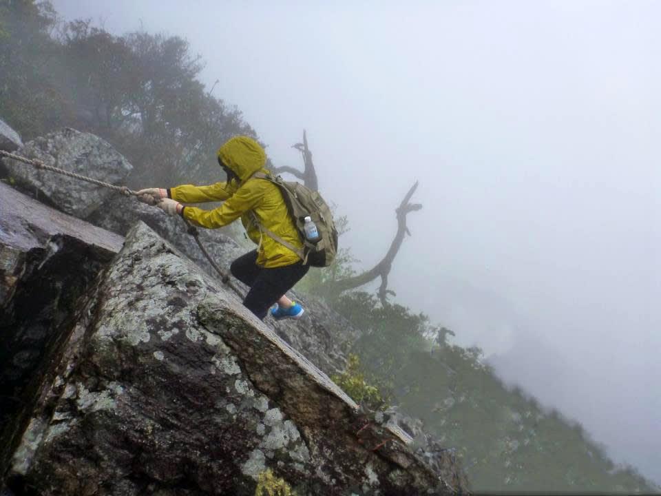 鳶嘴山一路都需攀岩前行,腳下就是雲海 (Photo / Ran)