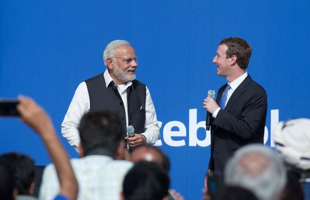 Indian Prime Minister Narendra Modi (L) and Facebook CEO Mark Zuckerberg attend a townhall meeting, at Facebook headquarters in Menlo Park, California, on September 27, 2015 (AFP Photo/Susana Bates)