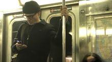 Daniel Day-Lewis, avistado en el metro con un teléfono plegable