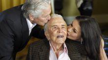 Kirk Douglas celebró sus 100 años rodeado de estrellas de Hollywood